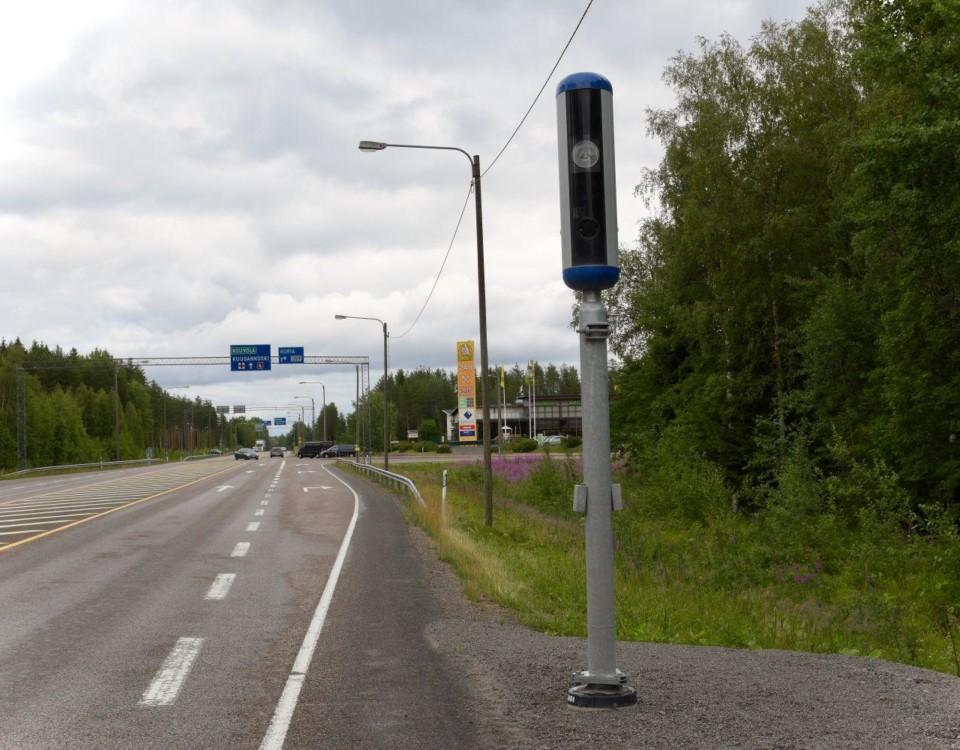 Den nya kamerastolpen intill en landsväg.