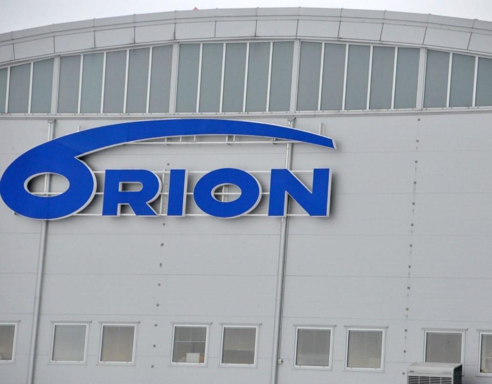 Orions skylt på en vägg
