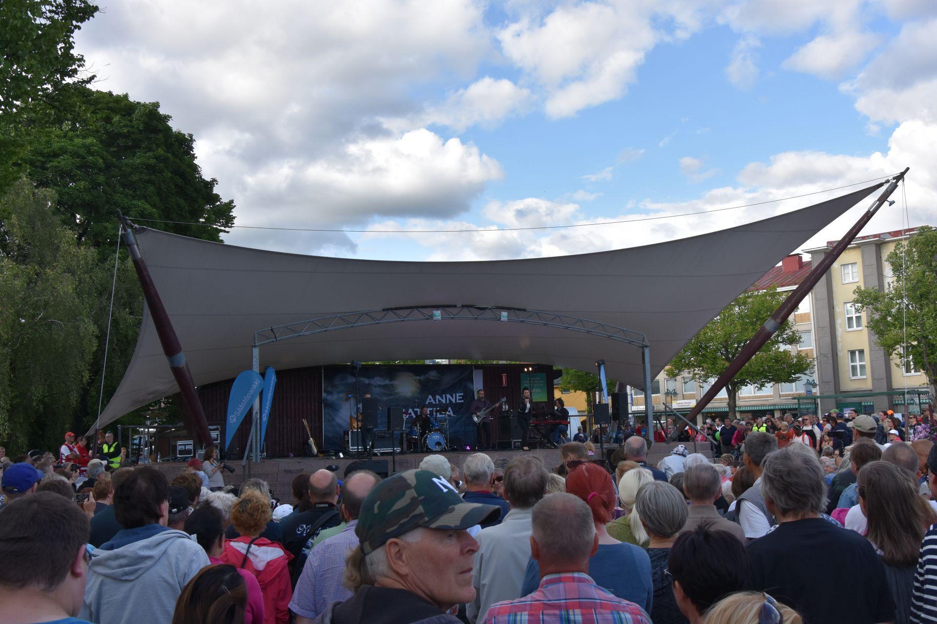 En scen och framför scenen publik.