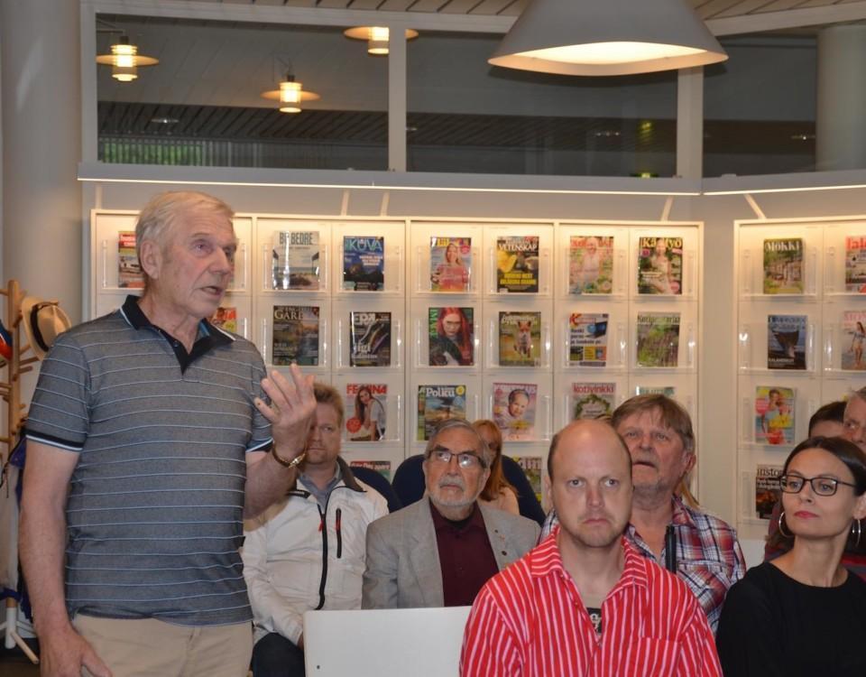 Matti Agge ondgjorde sig över sälskadorna som förstör yrkesfisket. Minister Thomas Blomqvist lovade framföra hälsningar till den ansvariga ministern.