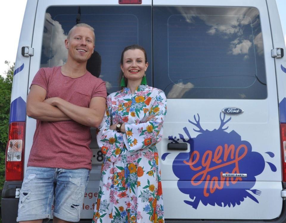 Nicke Aldén och Henna Hoikkala fotade framför en skåpbil