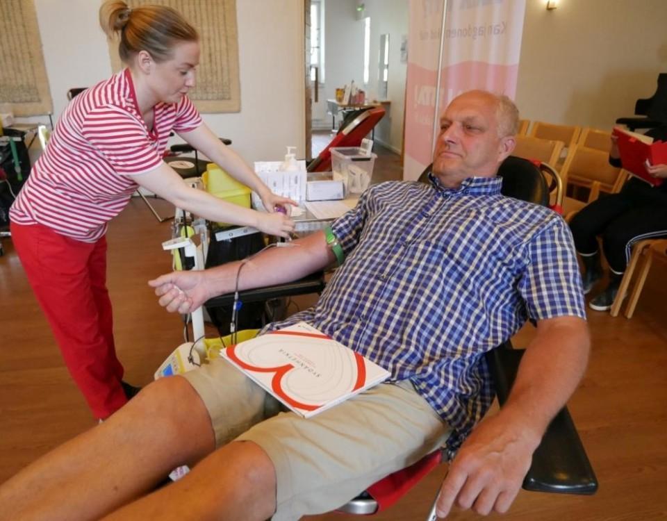 Van och orädd. Bertel Nordlund donerade blod för första gången i militären. I går donerade han för 200:e gången, i Pargas. Här sätts blodgivningen i gång av Röda Korsets Jessica Back.