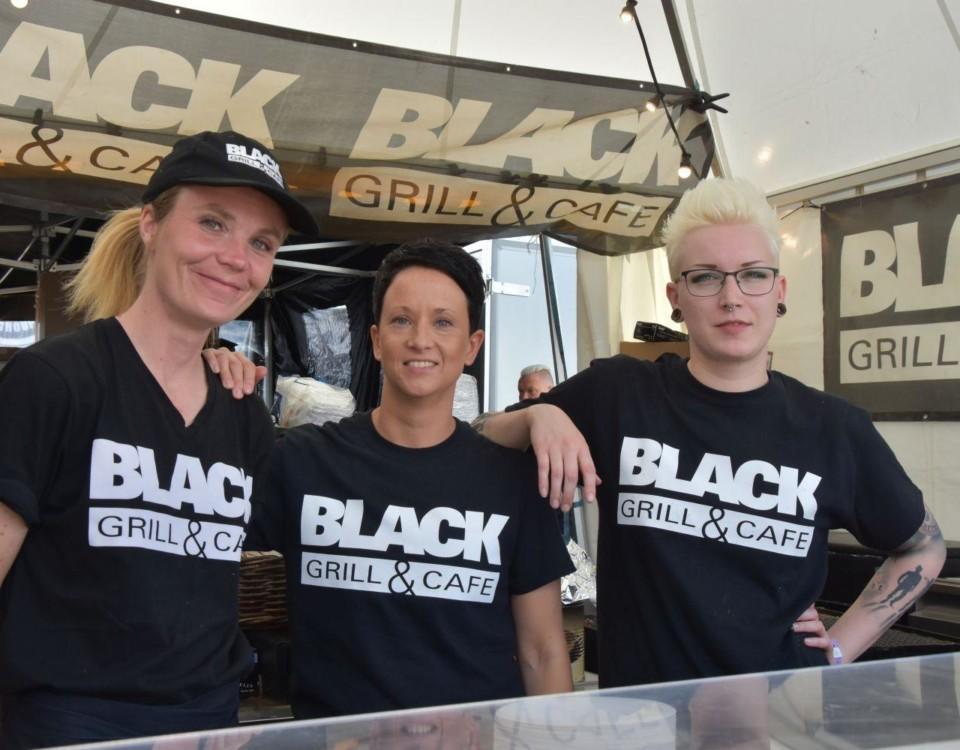 """tre kvinnor i """"Black bar and café""""-t-skjortor."""
