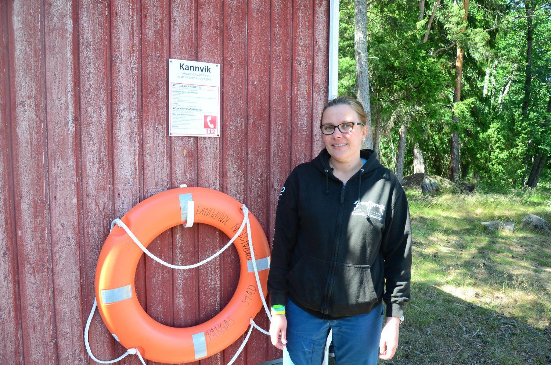 Tove Peltoniemi på Kannvik badplats i Iniö, i bakgrunden syns en livboj.