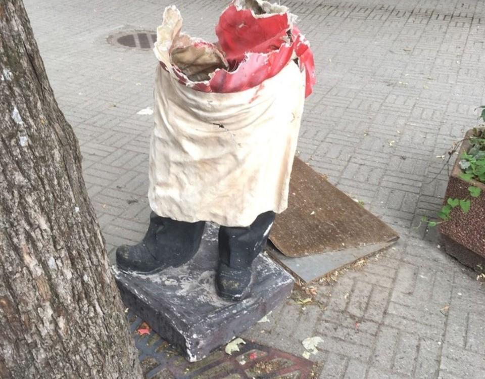 En förstörd gipsfigur på en pizzabagare förstörd utanför en restaurang i Pargas