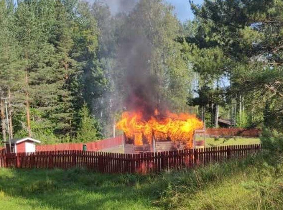 förrådsbyggnad brinner på lekpark