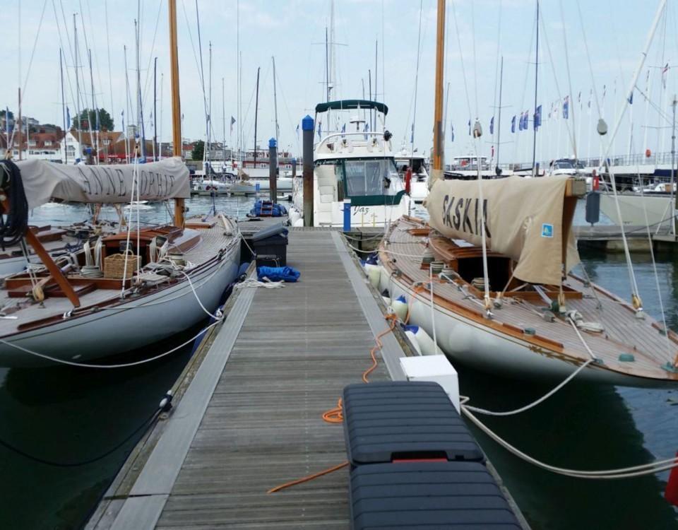segelbåtar vid bryggor