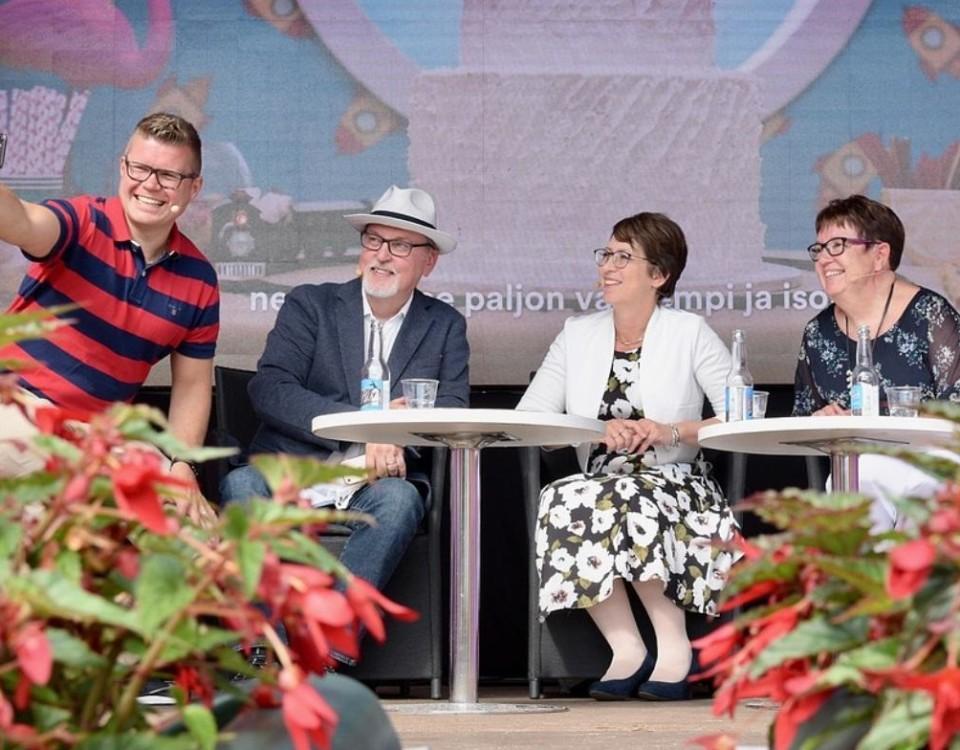 Fyra personer sitter i en panel