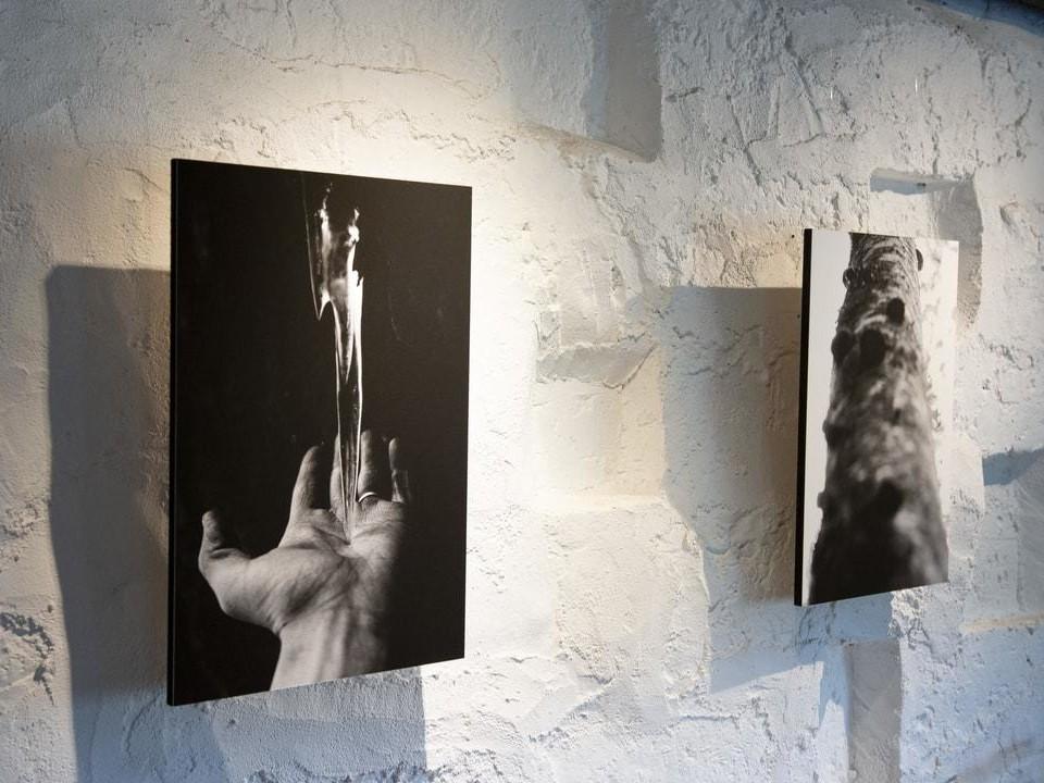 Två svartvita fotografier