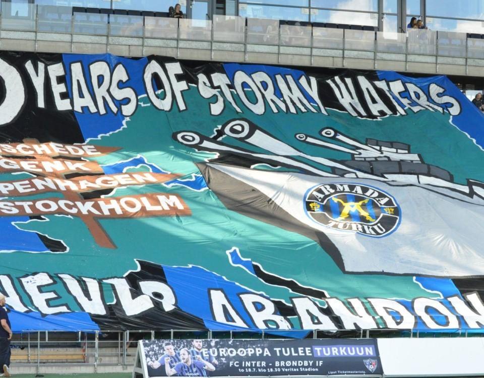 En stor banderoll på en fotbollsamatch.