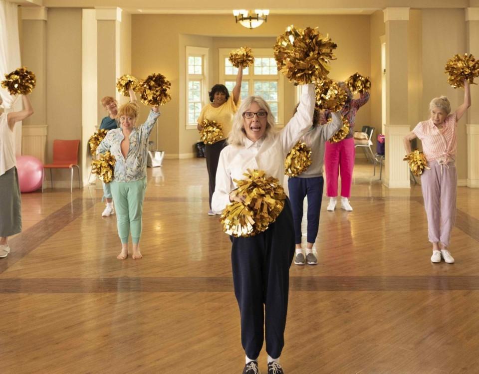 Bild ur filmen där mogna damer dansar.