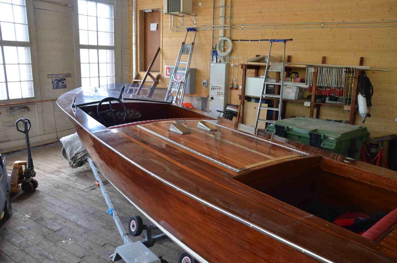 Gammal motorbåt i mahogny.
