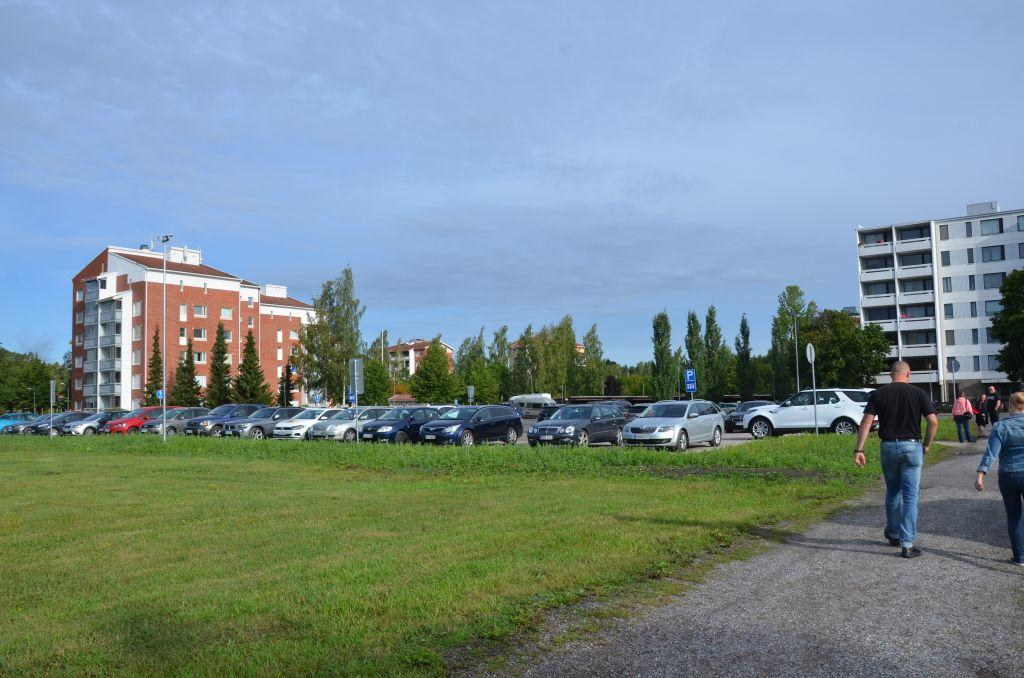 En parkeringsplats fylld med bilar.