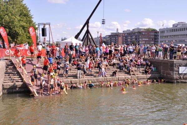 Många människor på en strand.