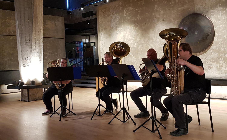 Fyra musiker spelar tuba.