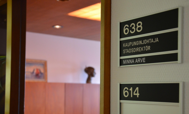 Dörröppning med namnskylt som det står kaupunginjohtaja, stadsdirektör på.
