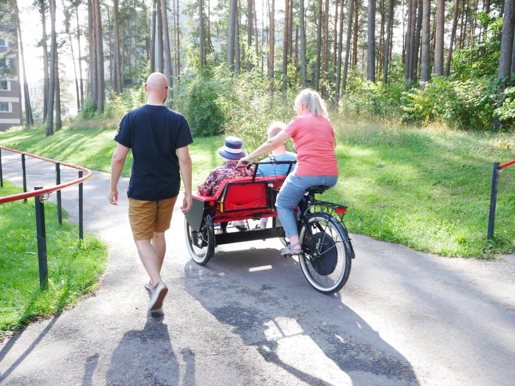 Rikshan testades vid äldreboendet i Runosbacken på tisdagseftermiddagen. Tyvärr kunde ingen av äldreboendets invånare ställa upp på intervju. Foto: Annina Suominen