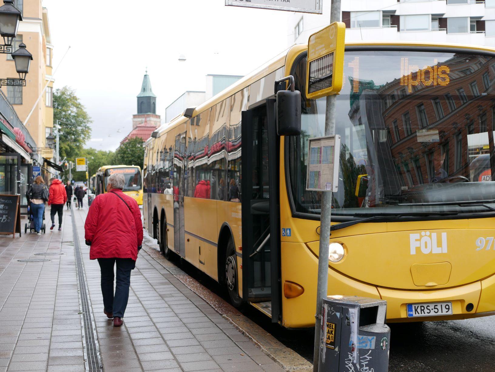 En buss som väntar på hållplatsen