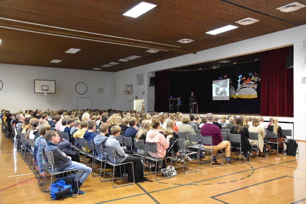 Eleverna i årskurs 8 och 9 i S:t Olofsskolan lyssnade tyst på Piotr Zettingers föreläsning i skolans gymnastiksal. Foto: Mikael Piippo/SPT