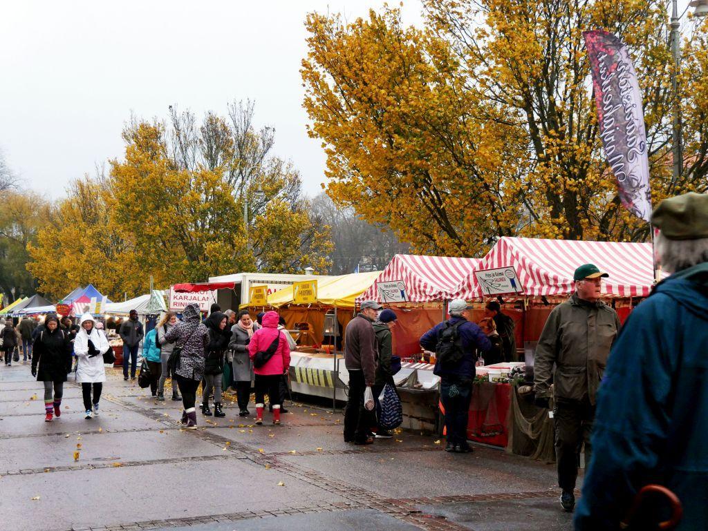 Folk tog sig till strömmingsmarknaden på fredagsförmiddagen trots regn och blåst.