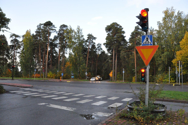 Korsning med trafikljus och bilar.