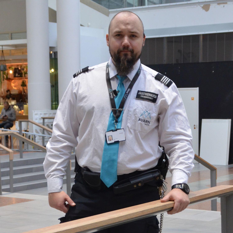 Man som är klädd i en ordningsvakts kläder.