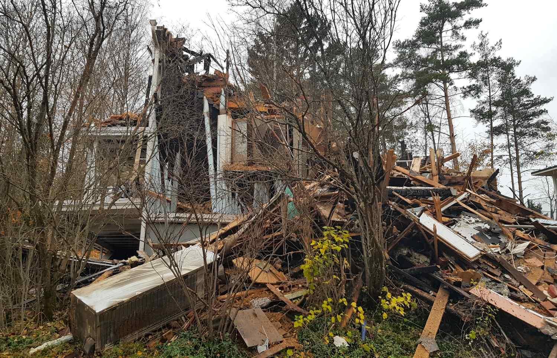 Brunnet och nedrivet hus