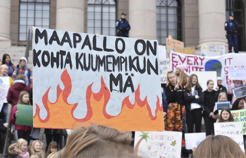 Unga demonstrerar för klimatet