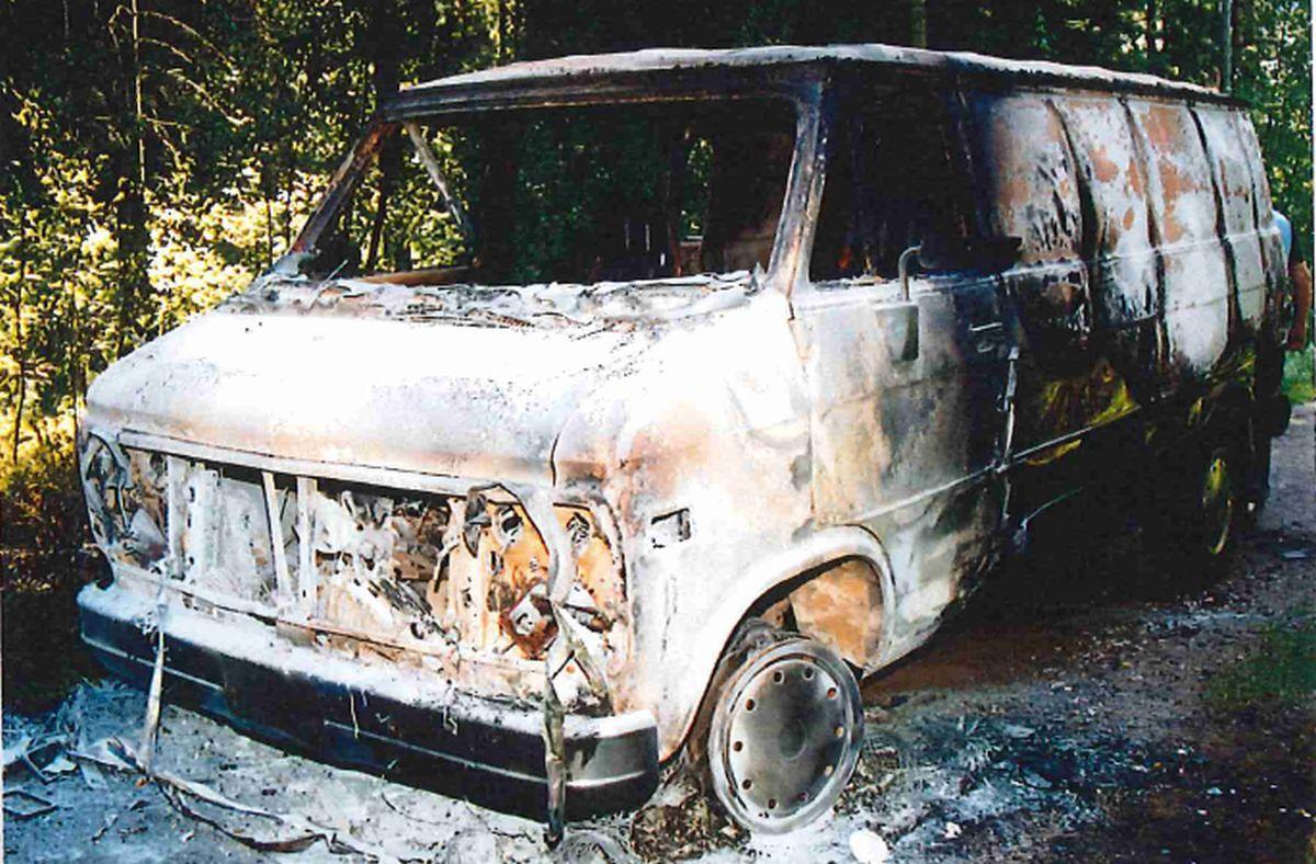 Bränd skåpbil i skog