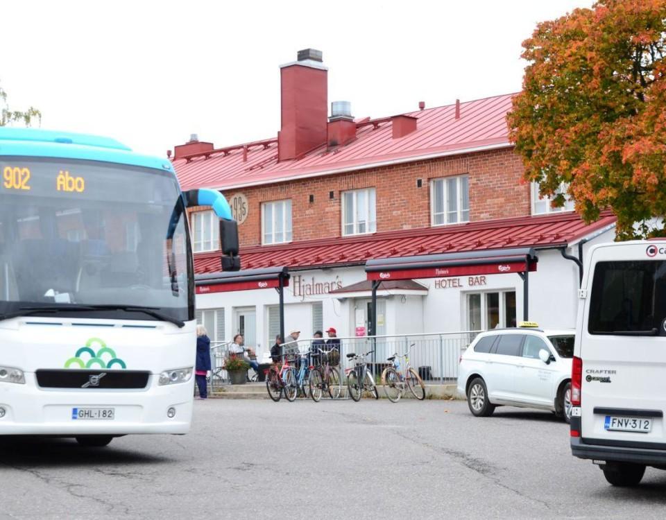 en buss framför ett hus