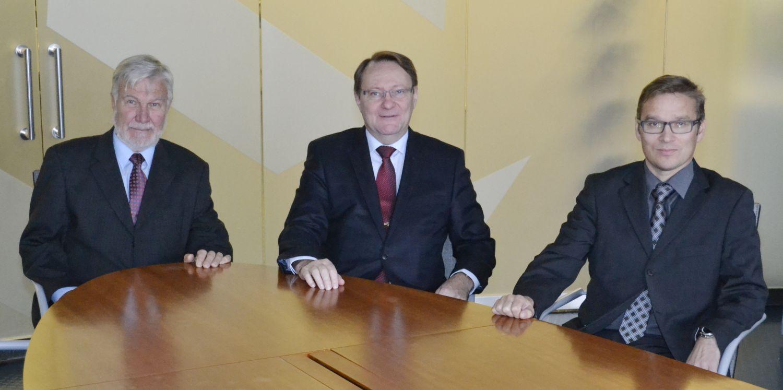 Tre kostymklädda män.