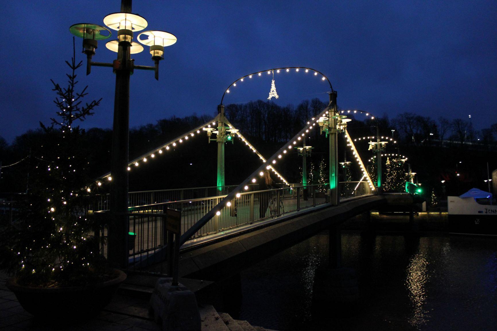 En bro i mörkret med lysande dekoration