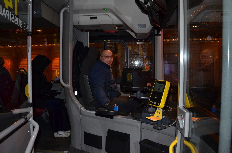 Busschaufför vid ratten.