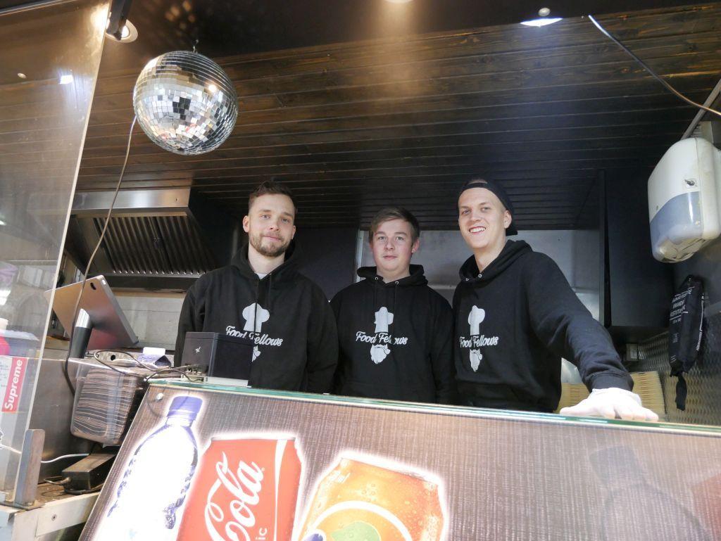 Tim Eriksson, Dennis Pettersson och Wilhelm Blomberg serverade mat från Food Fellows på Domkyrkotorget.