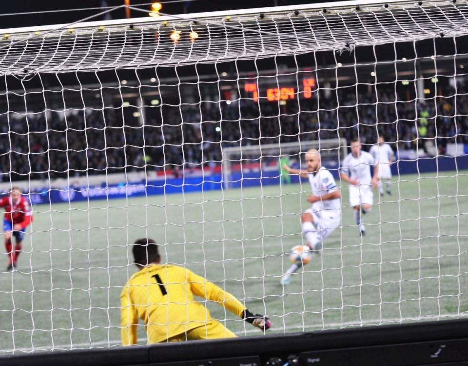 Fotbollsspelare skjuter straff