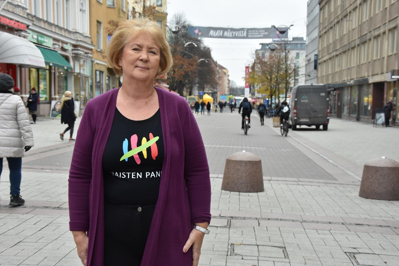 Kvinna står på gata.