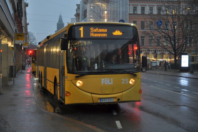 Buss startar från hållplats i stad
