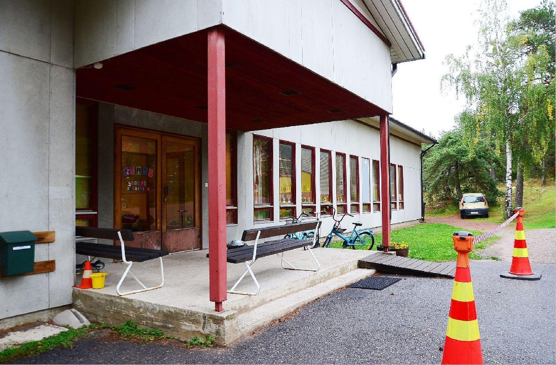 Närbild på ingången till fyrkantigt församlingshem