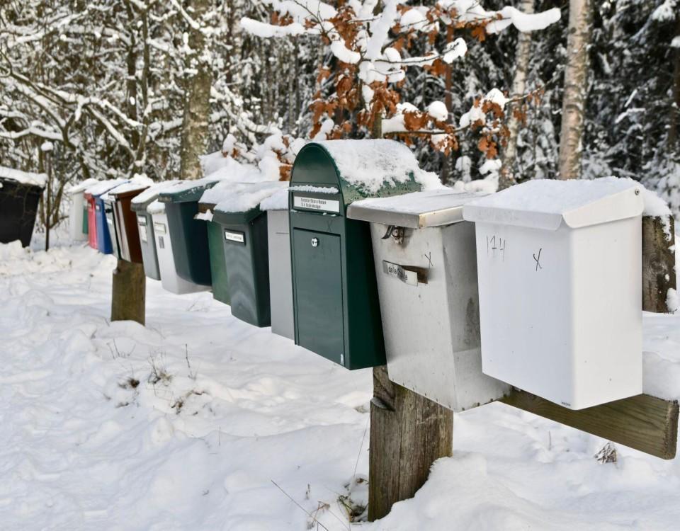 postlådor i snö