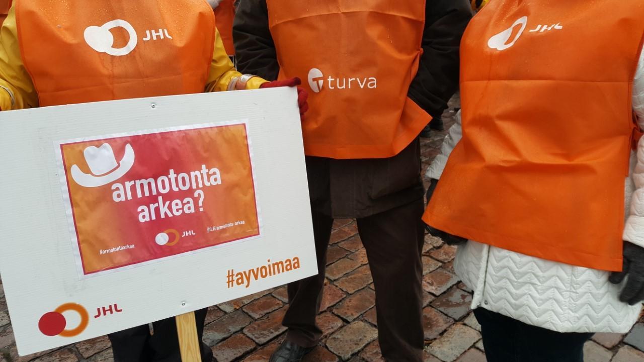 Strejkträff. JHL:s medlemmar samlades på Lilltorget i Åbo under strejkens första dag i går. Fri samvaro rådde, och medlemmarna fick även bland annat instruktioner om hur de kan ansöka om strejkbidrag.