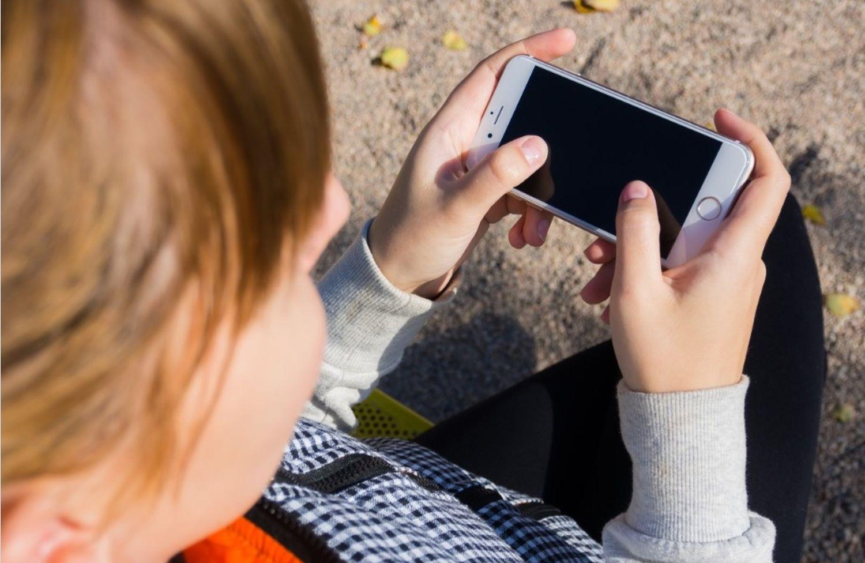 Ung tittar på mobil. Fri bildd av Phxere