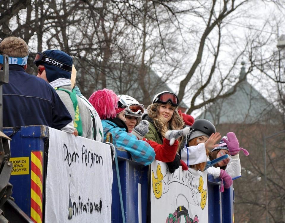 Utklädda ungdomar på ett lastbildflak.
