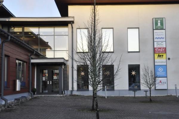 Vit byggnad med ingång i glasvägg