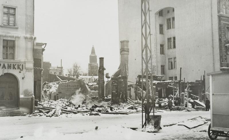 Ett förstört hus på svartvitt foto