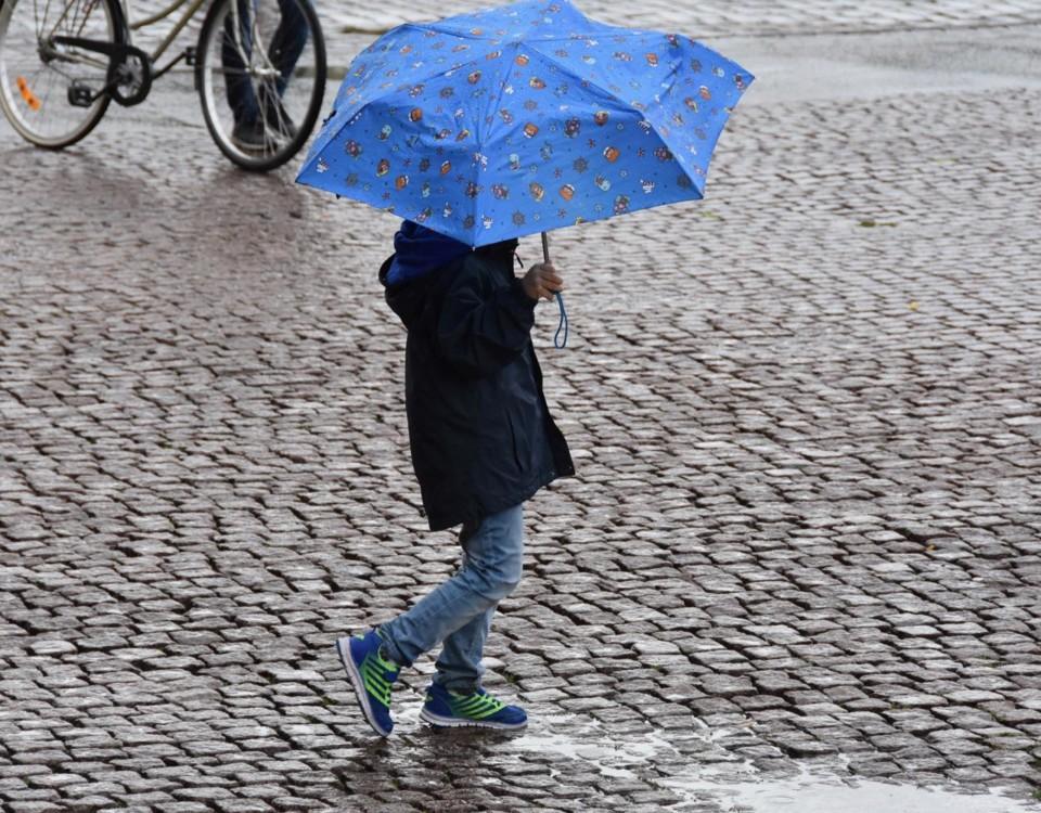 Flicka med paraply.