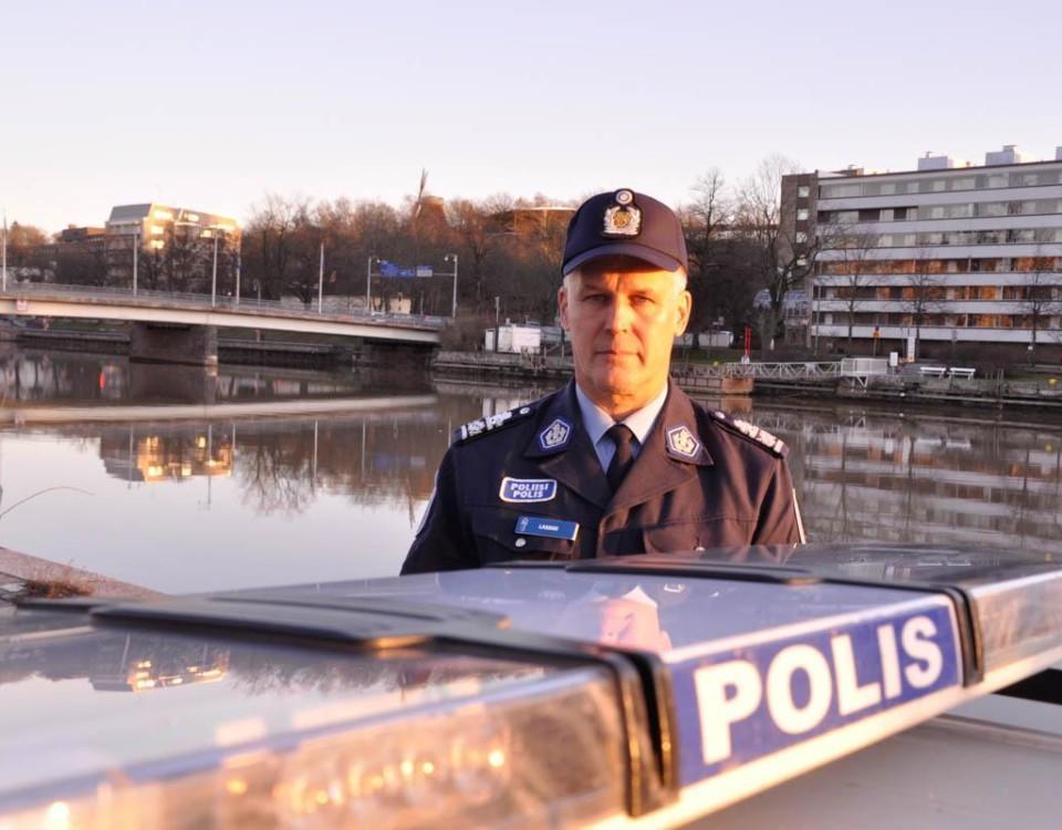 en polis bakom en plisbil