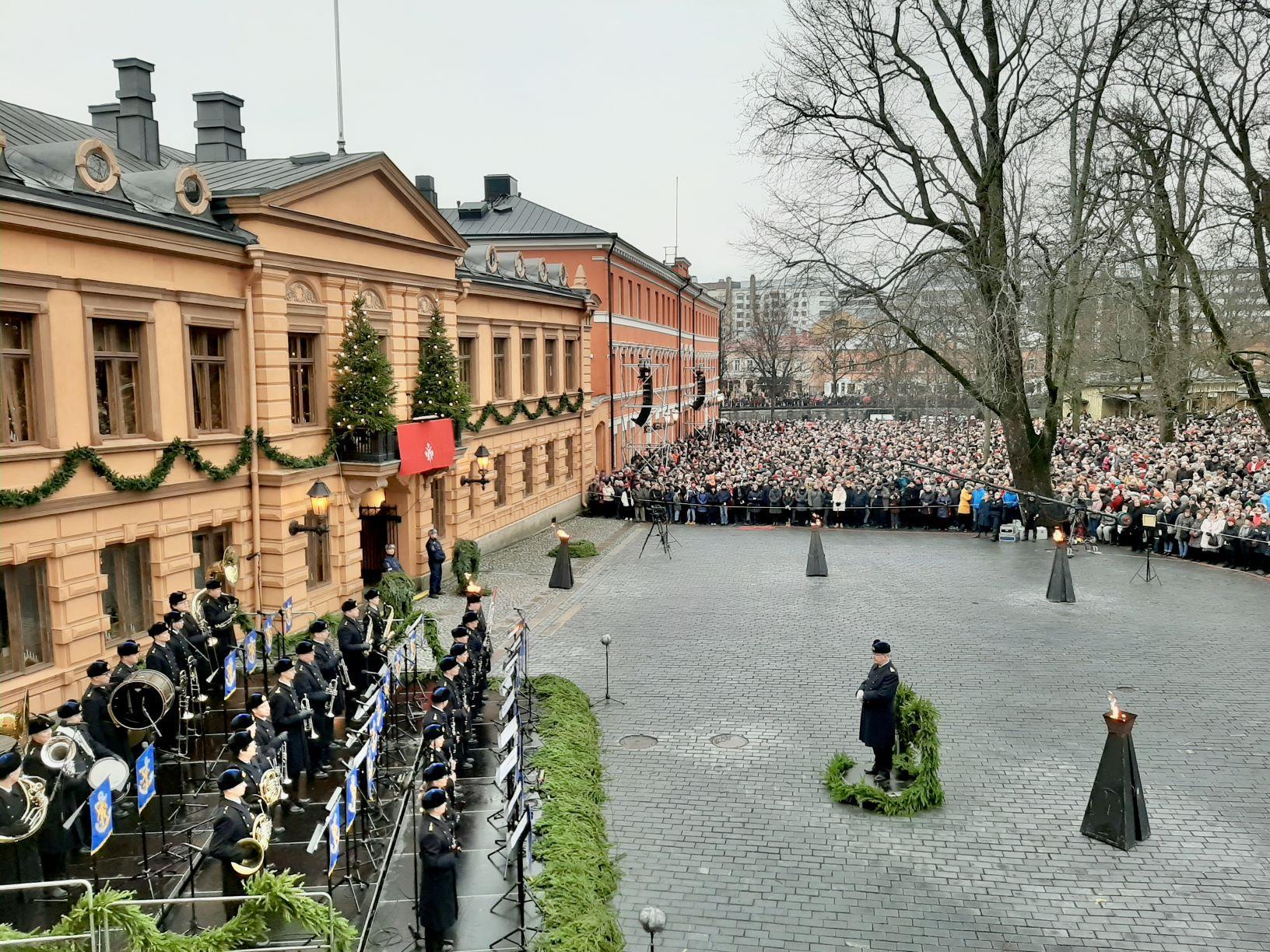 julfreden utlyses i Åbo 2019. Gamla stortorget med många människor