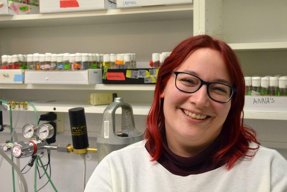 Glad kvinna i laboratorium
