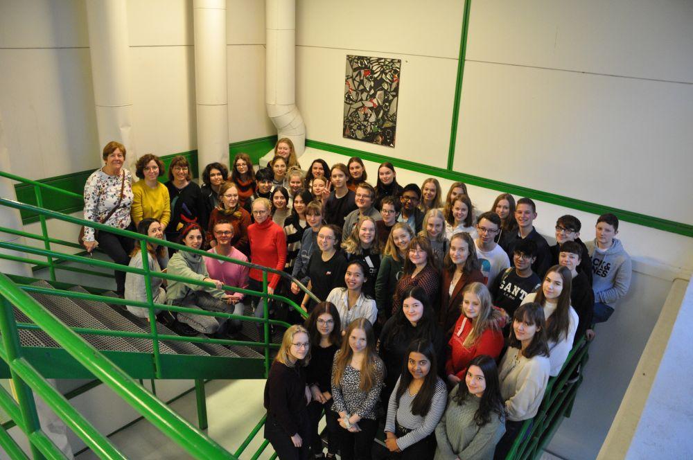 En grupp studerande och lärare