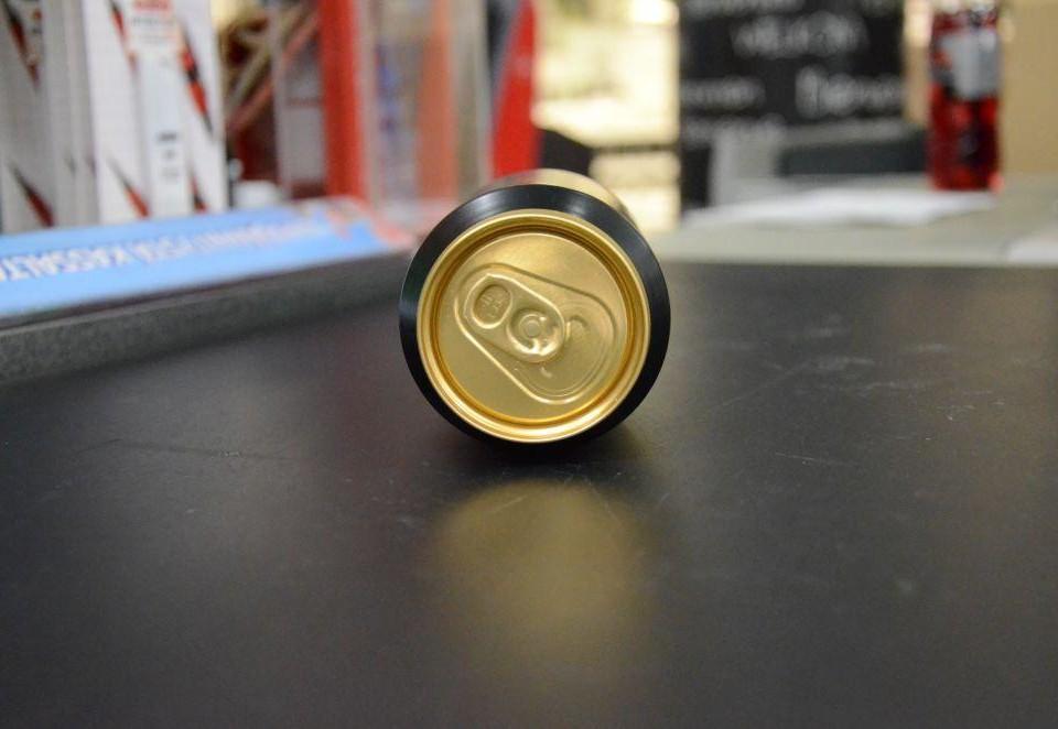 En ölburk vid en kassa i en butik.